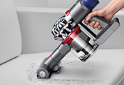 Dyson V7™ Motorhead コードレスクリーナー。ダイソンのコードレスクリーナーは、ハンディクリーナーに切り替えて、さまざまな場所を簡単に掃除できます。強力な布団クリーナーとしても使用できます。