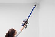 Dyson V7™Motorhead コードレスクリーナー。さまざまな床だけでなく、高い場所や家具の下、床の隙間も、自在に掃除できます。