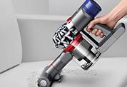 Dyson V8™ Absolute コードレスクリーナー。ダイソンのコードレスクリーナーは、ハンディクリーナーに切り替えて、さまざまな場所を簡単に掃除できます。強力な布団クリーナーとしても使用できます。