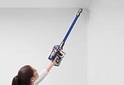 Dyson V8™ Absolute コードレスクリーナー。さまざまな床だけでなく、高い場所や家具の下、床の隙間も、自在に掃除できます。