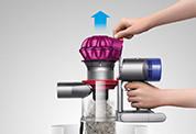 Dyson V7™ Fluffy コードレスクリーナー。ワンタッチで簡単にゴミを捨てることができます。